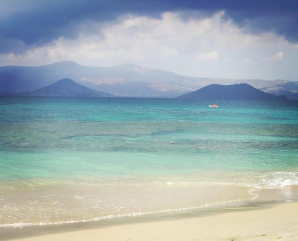 Grèce, plage, lagon bleu, eau turquoise, mer, montagnes, sable blanc fin