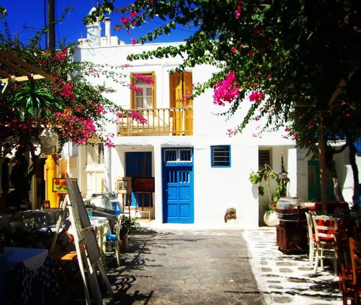 Mikonos, les Cyclades, murs à la chaux, bougainvilliers, porte bleue, pittoresque