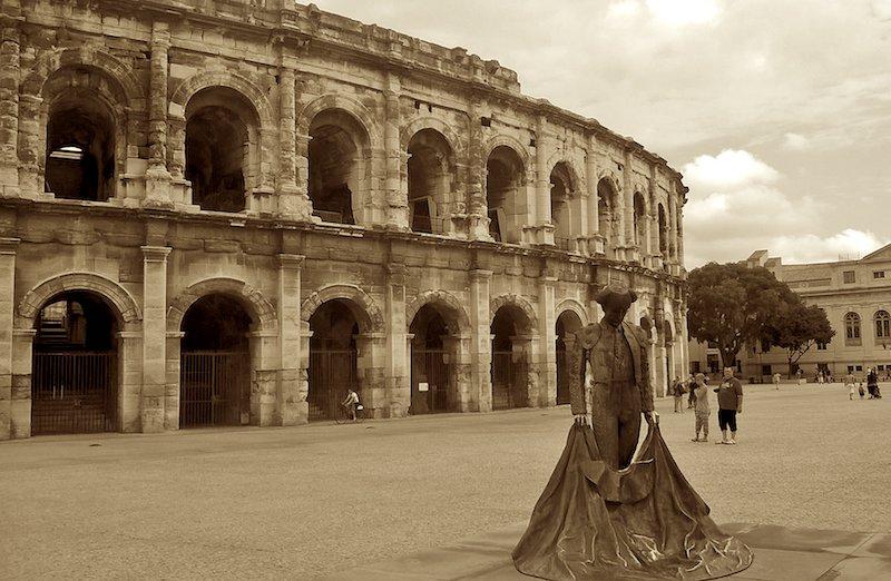 Les arènes de Nîmes et La statue Nimeño