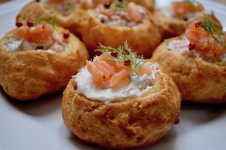 choux fourrés au saumon fumé, aneth & baies roses