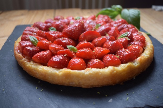 Tarte fine amandine aux fraises, citron vert & basilic