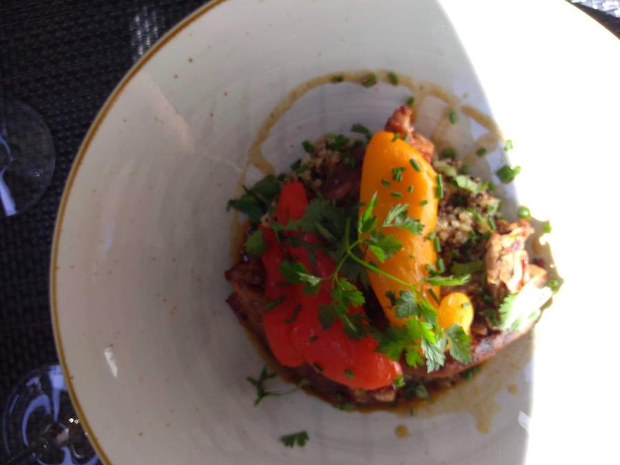 Restaurant Casse-Cailloux : L'épaule d'agneau grillée à l'harissa maison, quinoa, poivron & raisin.